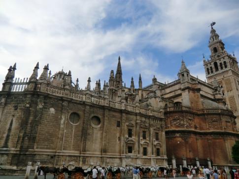 Die riesige Kathedrale von Sevilla, bekannteste Sehenswürdigkeit der Stadt