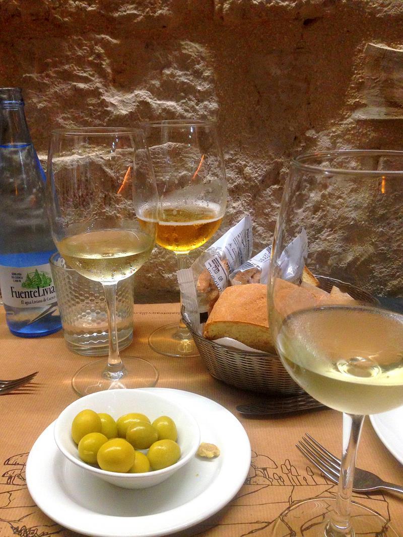 Typische Tapas in Sevilla - Wein und Oliven