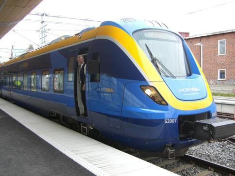 Ein Zug von SJ im Bahnhof von Umea