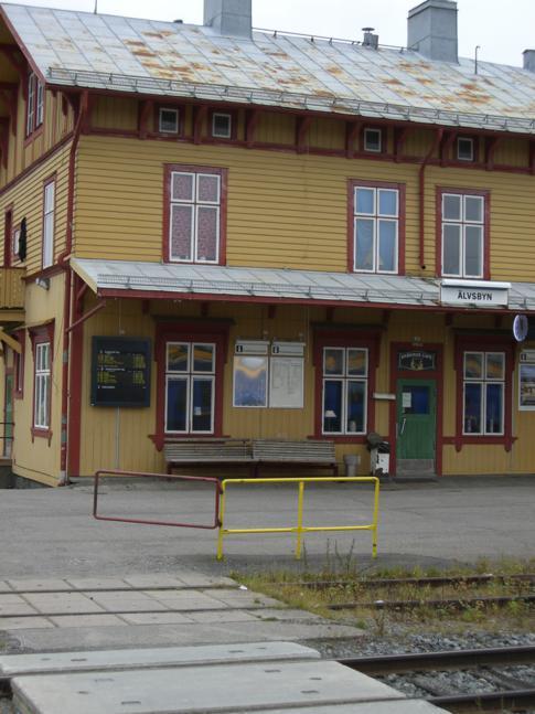 Einer der kleinen Dorfbahnhöfe auf der Strecke von Umea nach Lulea, der Bahnhof Älvsbyn