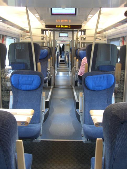 Die Innenausstattung des Zuges von SJ während der Fahrt durch Nordschweden