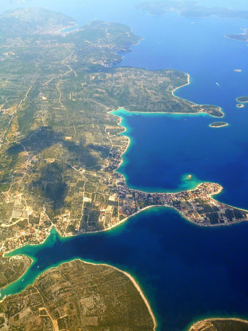 Blick auf die Halbinsel Krci beim Landeanflug mit Smartwings auf Split