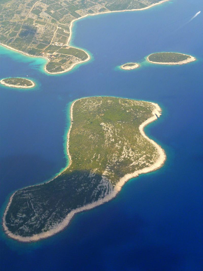 Blick auf Otok Arkandel beim Landeanflug mit Smartwings auf Split