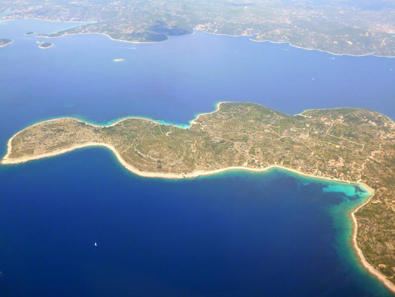 Blick auf Otok Drvenik Mali beim Landeanflug mit Smartwings auf Split