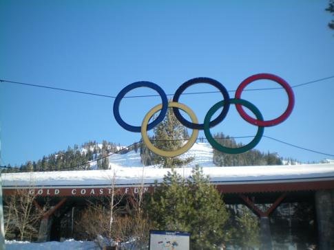 Die Base Lodge mit dem Olympia-Symbol in Squaw Valley