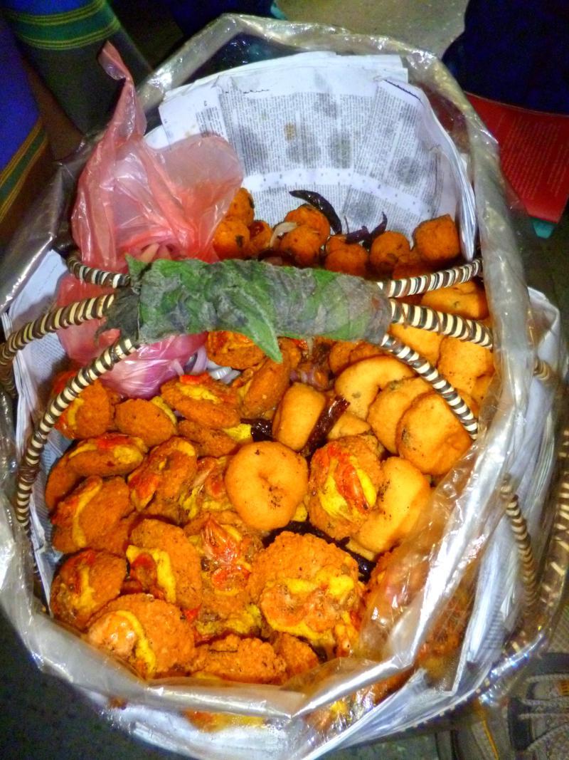 Während der Zugfahrten in Sri Lanka verhungert man nicht ... ständig wird Essen angeboten