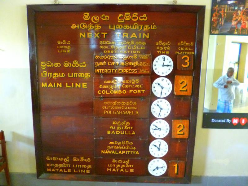 Eine historische Anzeigetafel im Bahnhof von Kandy in Sri Lanka
