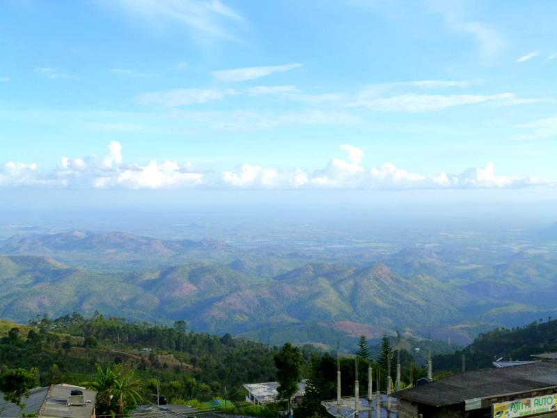 Ausblick von Haputale auf das südliche Flachland und den Udawalawe National Park