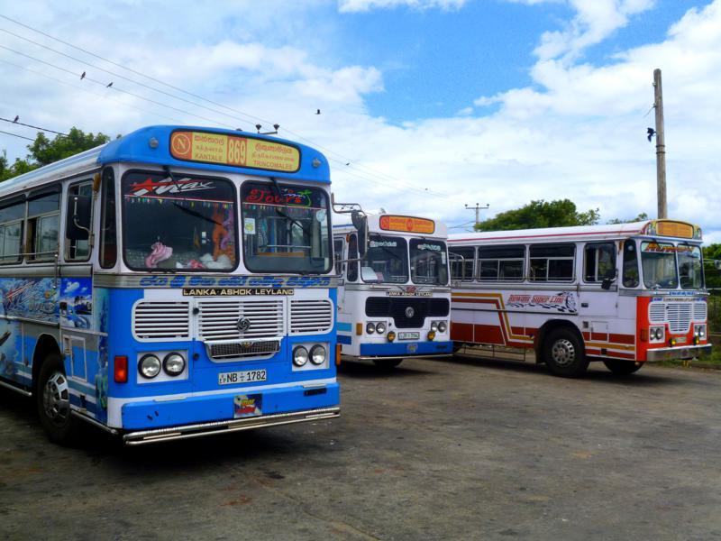 Die typischen Busse Sri Lankas im Bahnhof von Trincomalee