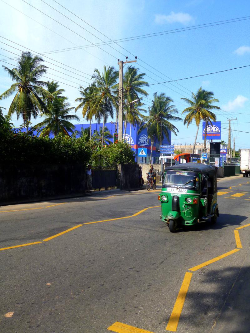 Eines der klassischen Tuktuks, die überall in Sri Lanka herumfahren