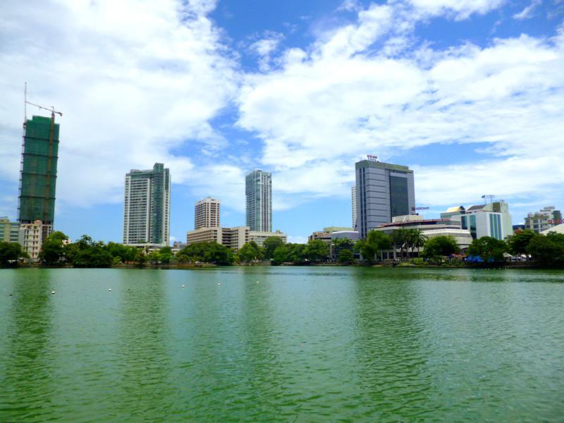 Schöner Blick am Beira Lake auf die Skyline von Colombo