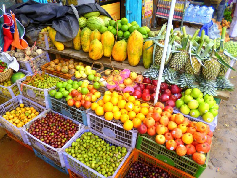 Einer der vielen und bunten Obststände in Sri Lanka