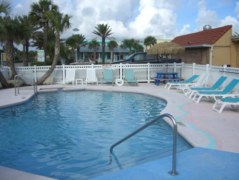 Der Pool des Magic Beach Motel in St. Augustine