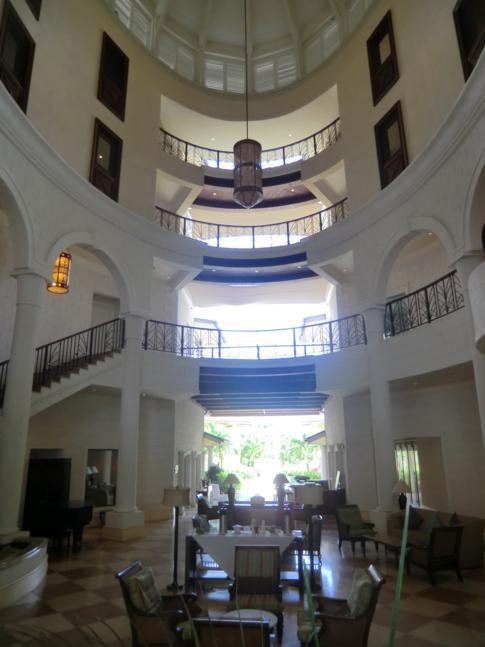 Die riesige und eindrucksvolle Lobby des Landings Hotel