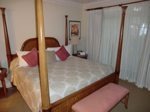 eines der Schlafzimmer in einem 2-Bedroom-Apartment im The Landings Hotel