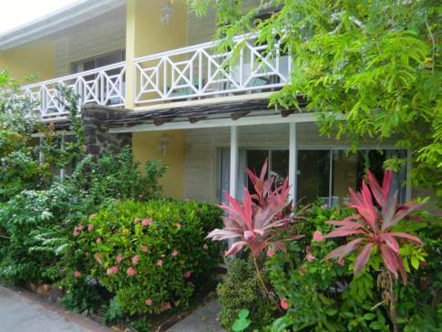 Tropischer Garten auf der Anlage der Harmony Suites in der Rodney Bay