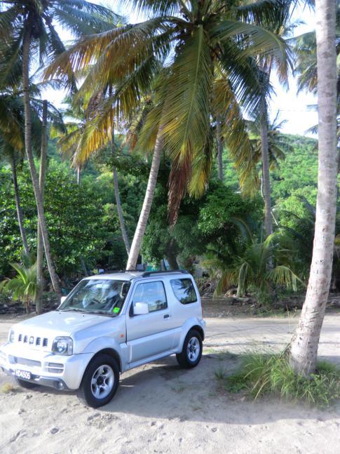 Unser Mietwagen für St. Lucia, ein Suzuki Jimny - hier am Strand von Laborie