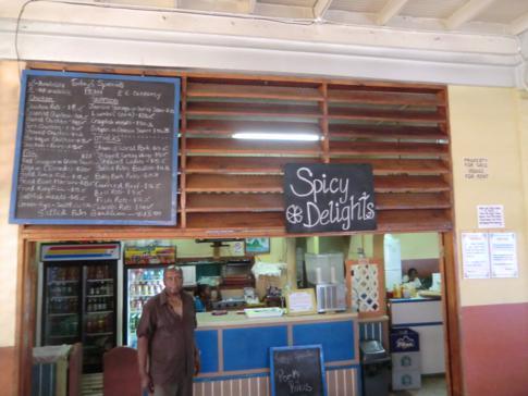 Das Restaurants Spice Delights im Marktbereich von Castries