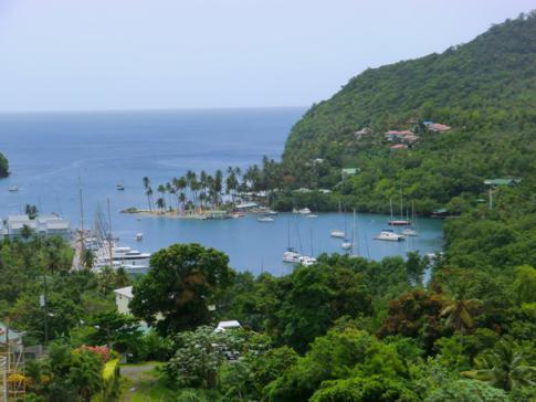 Blick von oben auf die malerische Marigot Bay, die vielleicht schönste Bucht von St. Lucia