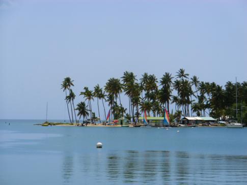 Die Halbinsel in der Marigot Bay mit Palmen und Traumstrand