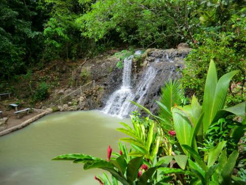 Der River Rock Waterfall im Herzen von St. Lucia