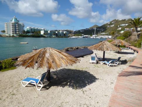 Mini-Strand im Captain Olivers Resort