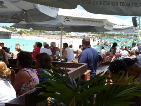 Die Sunset Bar direkt am Maho Beach