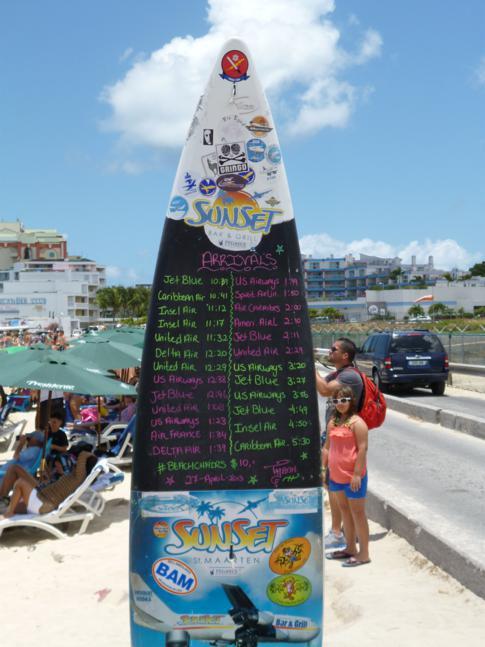 Das berühmte Surfboard mit den Ankunftszeiten aller großen Flugzeuge in St. Martin