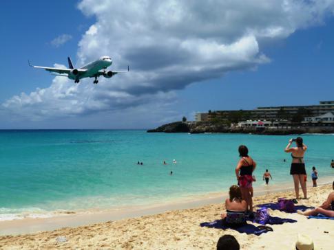 Das erste große Flugzeug am Maho Beach: Delta Airlines