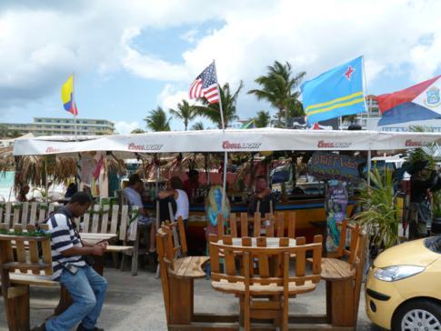 Die Driftwood Boat Bar am anderen Ende des Maho Beach