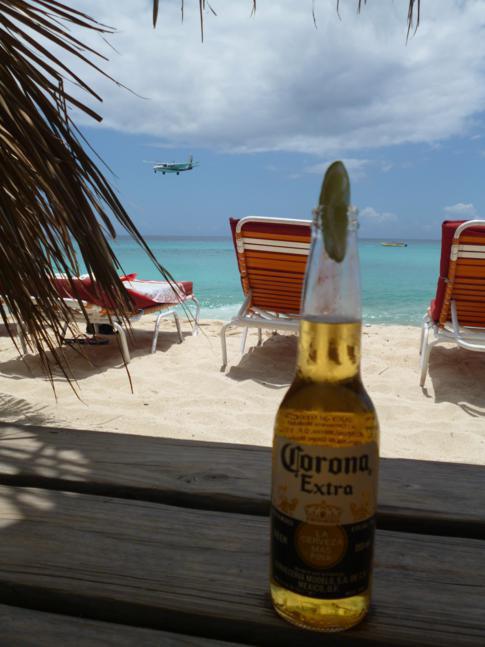 Drink direkt am Maho Beach: Corona mit einem ankommendem Flugzeug im Hintergrund