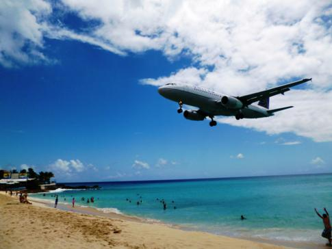 United Airlines während des Anflugs auf den Princess Juliana Airport in St. Martin
