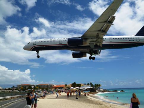 US Airways im Anflug auf den Flughafen von St. Martin und den Maho Beach