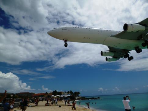 Air France in St. Martin, eines der größten Flugzeuge, welches den Maho Beach überfliegt