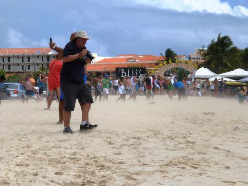 Alle suchen Schutz vor dem aufgewirbelten Sand des Maho Beach