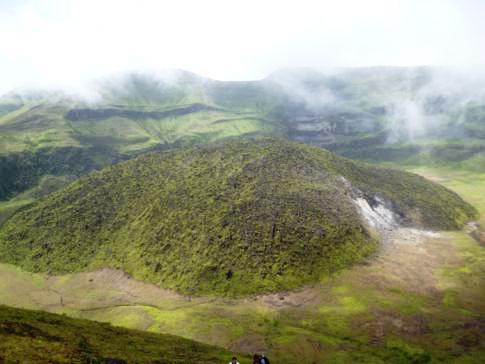 Blick vom Gipfel des La Soufriere in den Vulkankrater hinein