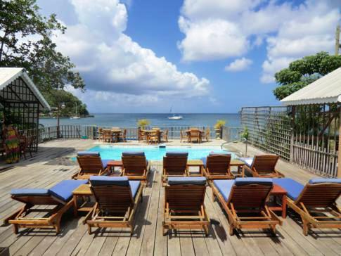 Poolanlage und Meerblick des Beachcombers Hotel in St. Vincent