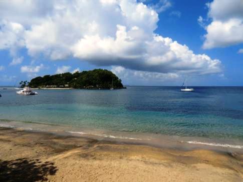 Blick vom Villa Beach und Beachcombers Hotel auf Young Island