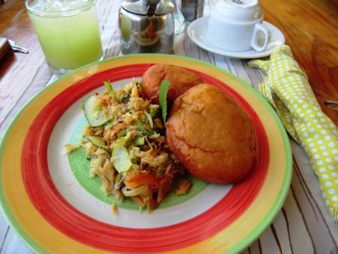 Frühstück im Beachcombers Hotel: Saltfish and Bake