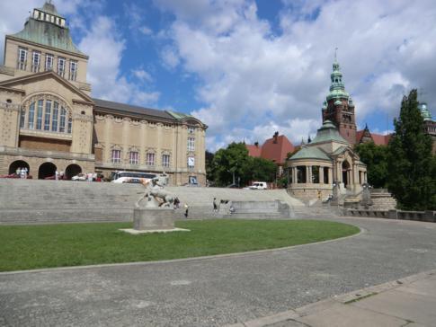 Die Hakenterrassen, das Meeresmuseum und das Regionalparlament