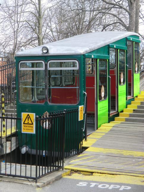 Die kleine Bergbahn am Westeingang von Skansen