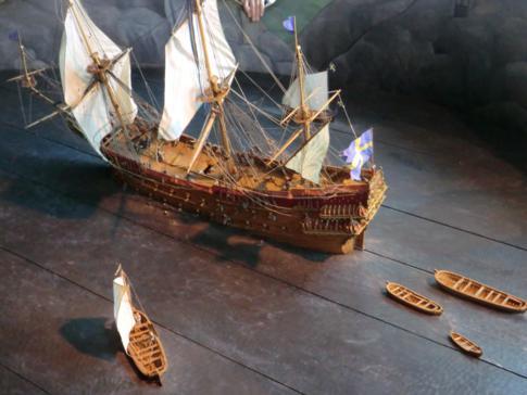 Schemenhafte Darstellung im Vasamuseum, bei der das Kentern der Vasa gezeigt wird
