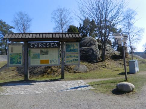 Eine Informationstafel über den Tyresta Nationalpark südlich von Stockholm