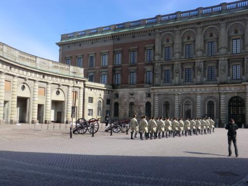 Das Schloss von Stockholm, zentral in Gamla Stan gelegen - hier im Bild die Wachablösung