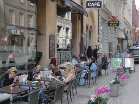 Typisch Schweden: selbst bei einstelligen Temperaturen sind die Cafes voll