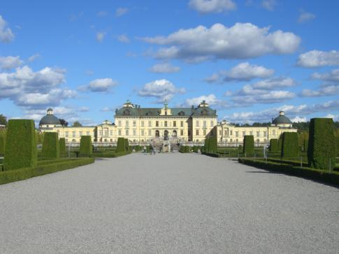 Das Schloss Drottningholm sowie der davor liegende Barockgarten