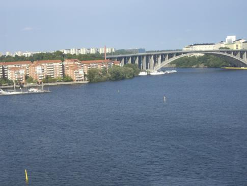 Blick von der Tvärbanan auf die Wasserstraßen und Meeresarme von Stockholm