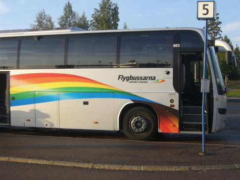 Ein Bus des Unternehmens Flygbussarna für die Fahrt nach Stockholm-Skavsta