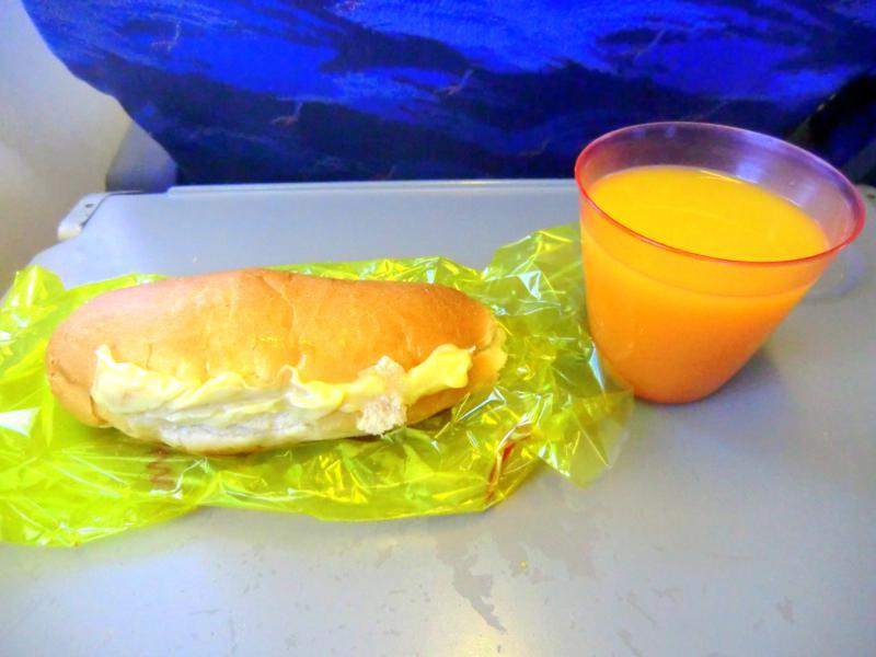 Kleiner Snack bei Surinam Airways auf dem Weg nach Paramaribo