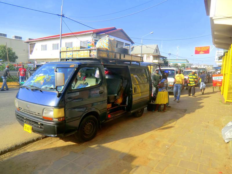 Minibus nach Atjoni in der Samaracca Street von Paramaribo